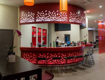 Яркий, комфортный и приветливый интерьер отеля, полный комплекс интерьерных и мебельных решений HoReCa