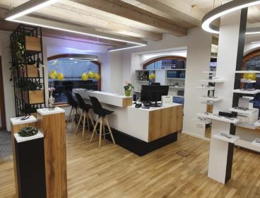 Компания меблировала салон полным комплектом торговой мебели: входную зону; зону отдыха; офисное помещение.